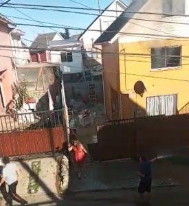 Mujer atacó con un cuchillo a vecinos mientras se incendiaba su vivienda en Placilla